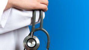 Doctor se declara culpable de manosear a mujer en avión