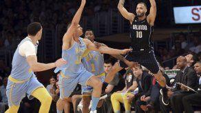 Lopez y Lakers ganan a Magic 108-107 en extraño final