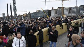 Cientos protestan en Suecia ante restricciones por COVID-19
