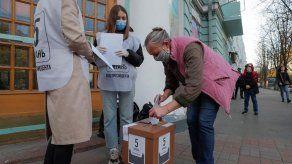 Ucrania vota en elecciones locales que ponen a prueba a Zelenski y su partido
