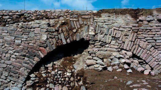 El INAH)anunció en 2019 que encontró un túnel-compuerta en las afueras de Ciudad de México que tenía técnicas de construcción españolas, pero con grabados de símbolos aztecas.