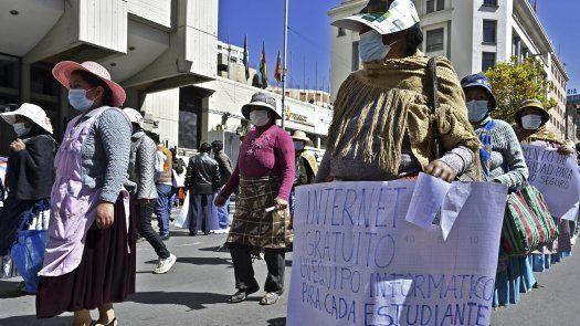 La masiva marcha partió desde la ciudad de El Alto hacia el Ministerio de Educación en la ciudad de La Paz para exigir al Gobierno del presidente Luis Arce que escuche sus demandas.