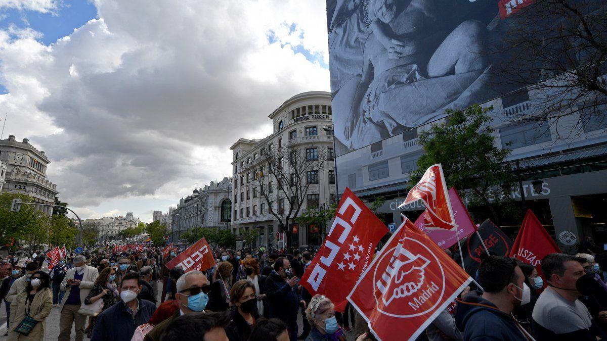Portando mascarillas y observando la distancia social, los manifestantes desfilaron por las calles portando banderas, aunque en número limitado para garantizar que ser respetaran las medidas contra la pandemia.