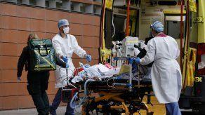 Record de muertos en Reino Unido mientras hospitales semejan zona de guerra