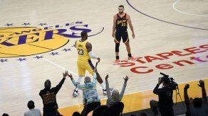 Lakers ganan a Warriors en repesca con triple de LeBron