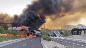 Tren se descarrilla y causa incendio en puente en Arizona