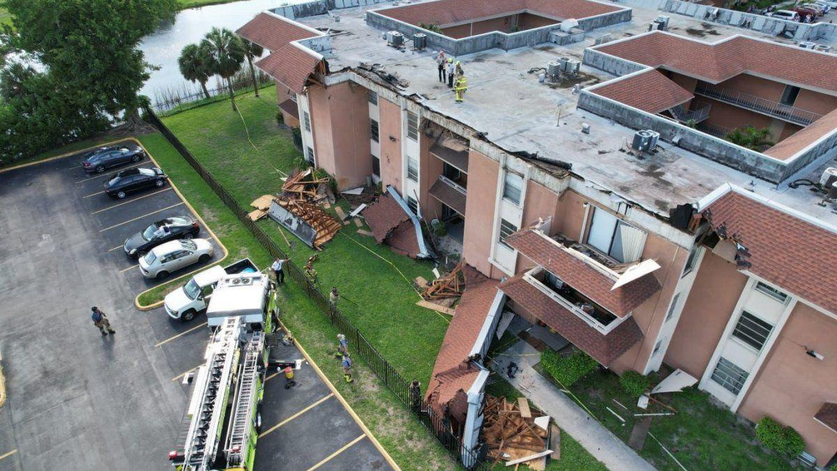 Imágenes divulgadas por el departamento de bomberos del citado condado muestran un camión del cuerpo en el lugar del siniestro y una amplia sección del tejado partida y en el suelo en el exterior del edificio.