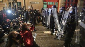 Manifestantes chocan con policías en tercera noche de protestas