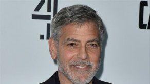 George Clooney lleva 25 años cortándose el pelo solo