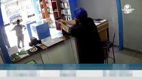Entró a robar tienda de celulares y cuando iba a escapar el dueño le disparó por la espalda