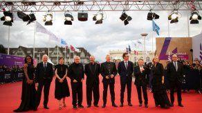 Cannes cambia su alfombra roja por un mensaje de gracias a los sanitarios