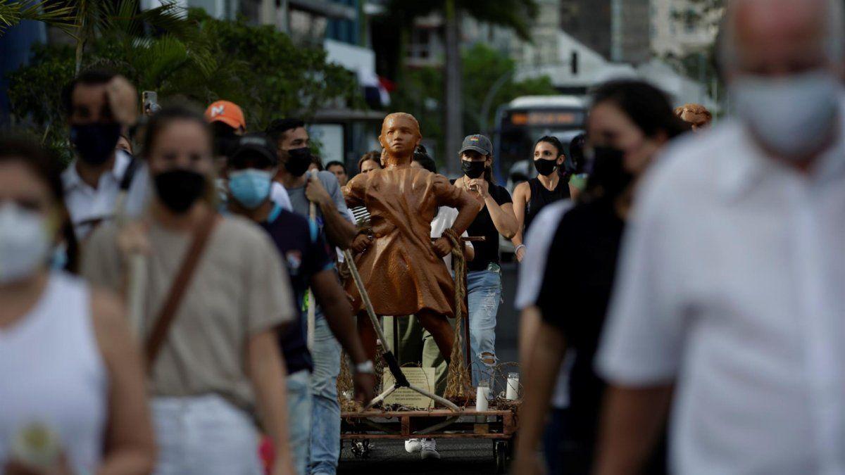 La semana pasada, artistas colocaron dos estatuas de arcilla simulando a niños desafiantes frente a la sede de la Asamblea Nacional, en honor a las víctimas de abusos sexuales a menores en albergues.
