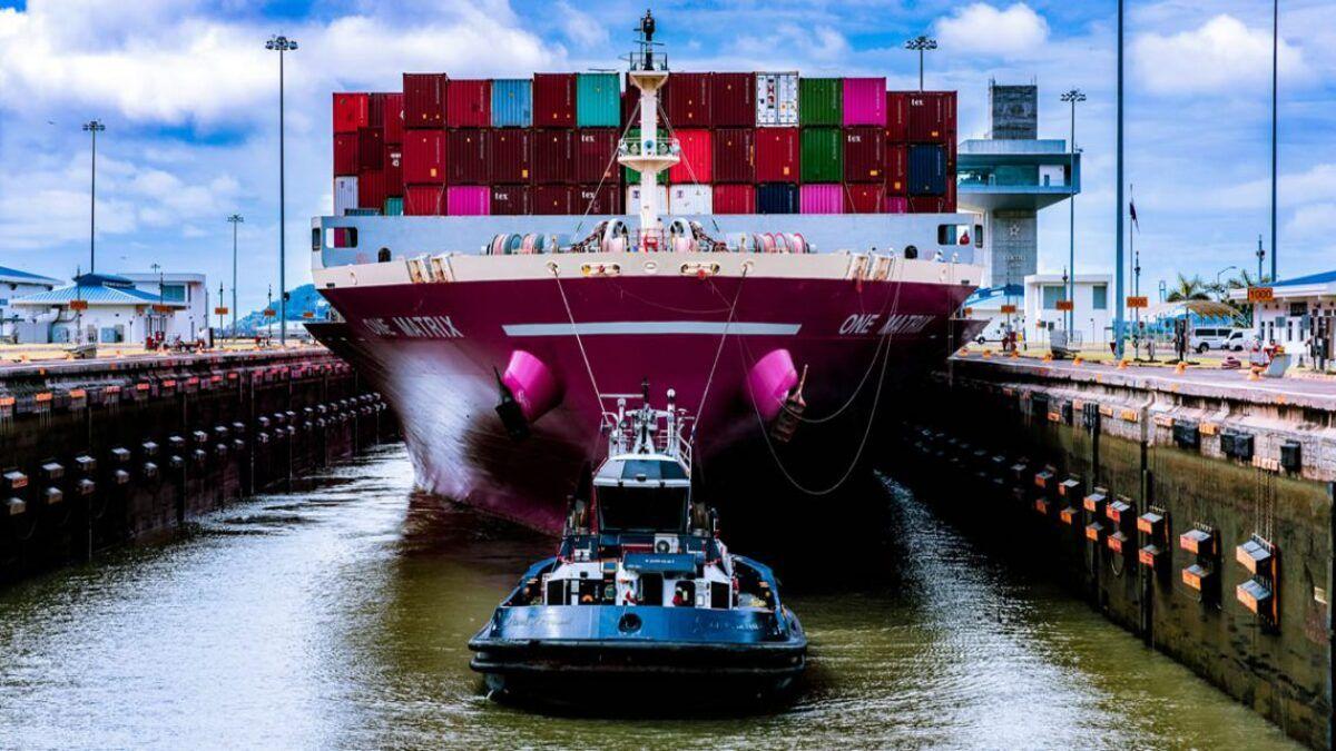 El sistema de reserva de tránsito es un servicio opcional que ofrece el Canal de Panamá y que permite a los clientes transitar en una fecha específica mediante el pago de una tarifa adicional.