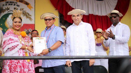 Entregan medalla al mérito Rufina Alfaro a Luis Casis en San Miguelito