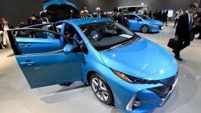 Toyota presenta nuevo híbrido recargable en tomas de corriente