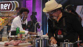 El chef Armando se lleva en el carrito a la Zambita y a Poveda