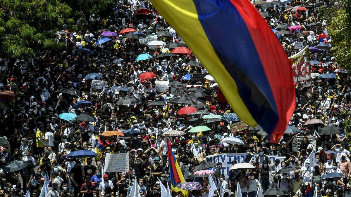 Miles de manifestantes protegidos con mascarillas llegaron en la tarde a la central Plaza de Bolívar, en Bogotá, aledaña a la sede presidencial. Un grupo intentó entrar al Congreso pero fue disuelto por la policía.