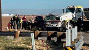Al menos 15 muertos tras colisión entre vehículo sobrecargado y camión en California