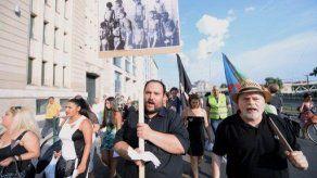 Miles de personas rinden homenaje a los gitanos víctimas del genocidio nazi