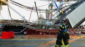 Un bombero observa el lugar donde colapsó el vagón del Metro en la Ciudad de México.