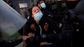 Policía investiga agresión de una unidad contra universitaria en protesta en la Plaza 5 de Mayo