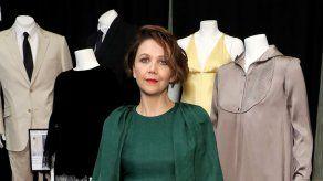 Maggie Gyllenhaal debutará como directora con Olivia Colman y Dakota Johnson