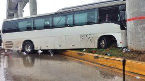 Bus colisiona contra columna de la Línea 2 del Metro