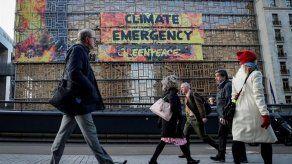 Greenpeace despliega pancarta contra cambio climático en sede de cumbre UE