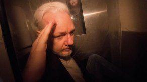 Julian Assange dice que oye voces en la cárcel y tiene instintos suicida