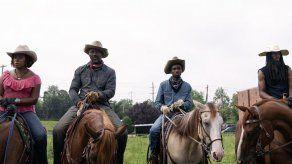 Reseña: Vaqueros de verdad realzan drama de Idris Elba