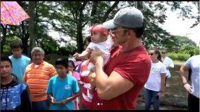 El cantautor Ricardo Arjona visita a las víctimas del volcán en Guatemala