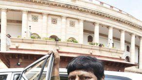 Legislador en India se disfraza de Hitler como protesta