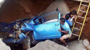 Dos mujeres se salvan de morir en un auto tras caer en un socavón en Bolivia