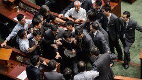 Dos diputados independentistas entran por la fuerza en el Parlamento de Hong Kong
