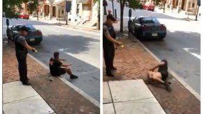 Un video muestra cómo un policía usa pistola eléctrica contra un hombre sentado en acera