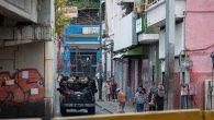 Funcionarios de las Fuerzas de Acciones Especiales (FAES) de la Policía Nacional Bolivariana patrullan los accesos del barrio Cota 905 este viernes, en Caracas (Venezuela).