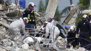 No se ha rescatado a nadie con vida después de las primeras horas después del derrumbe del edificio el 24 de junio, pero los socorristas aún tienen esperanzas.