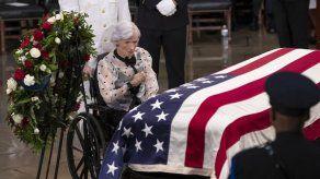 Washington rinde tributo a John McCain