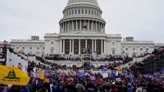 Los manifestantes partidarios del entonces presidente Donald Trump asaltan los terrenos del Capitolio de los Estados Unidos, en Washington, DC, Estados Unidos, el 6 de enero de 2021.