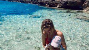 Laura Escanes y la pequeña Roma se dan su primer baño conjunto de la temporada