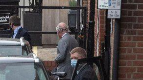 El príncipe Carlos visita en el hospital a su padre