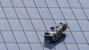 Rescatan a dos limpiavidrios colgados del WTC