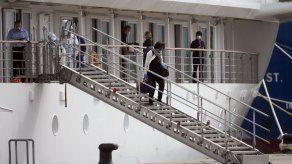 En Uruguay repatrian a últimos pasajeros de crucero australiano