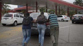 Venezuela raciona venta de gasolina en 5 estados por escasez de combustible