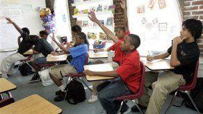 Escuela paga a niños por hacer tareas
