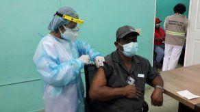 Autoridades de salud se preocupan por el 25% de adultos mayores que no acudió a la vacunación