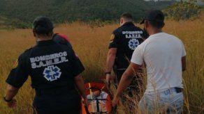 Bomberos rescatan a senderista norteamericana que se accidentó en San Carlos