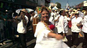 Delyanne Arjona muestra con orgullo la pollera panameña