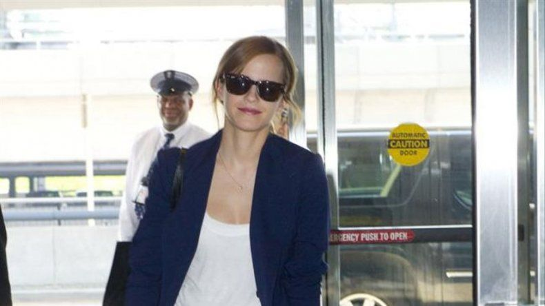 Emma Watson se hidrata como puede