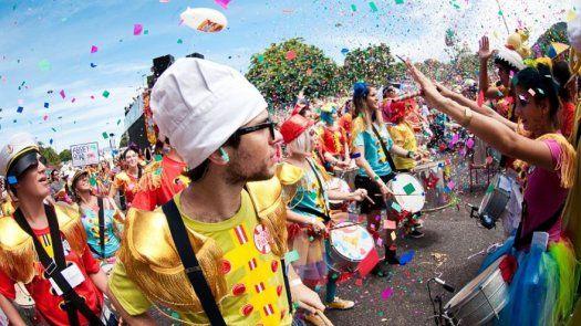 Los blocos siguen agitando a Rio después de los desfiles del Sambódromo